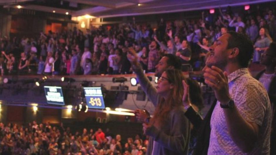 Cientos de fieles se congregan en Vous Church en Miami. (Foto: BBC Mundo))