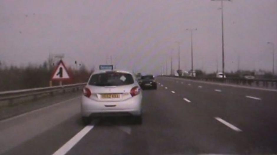Policía persigue un auto fuera de control y lo logra frenar. (Foto: Captura de Video)