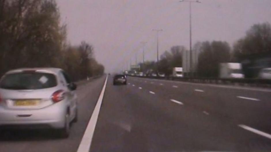 En el carro sin control viajaba una mujer que cayó en un coma diabético y un bebé. (Foto: Captura de video)