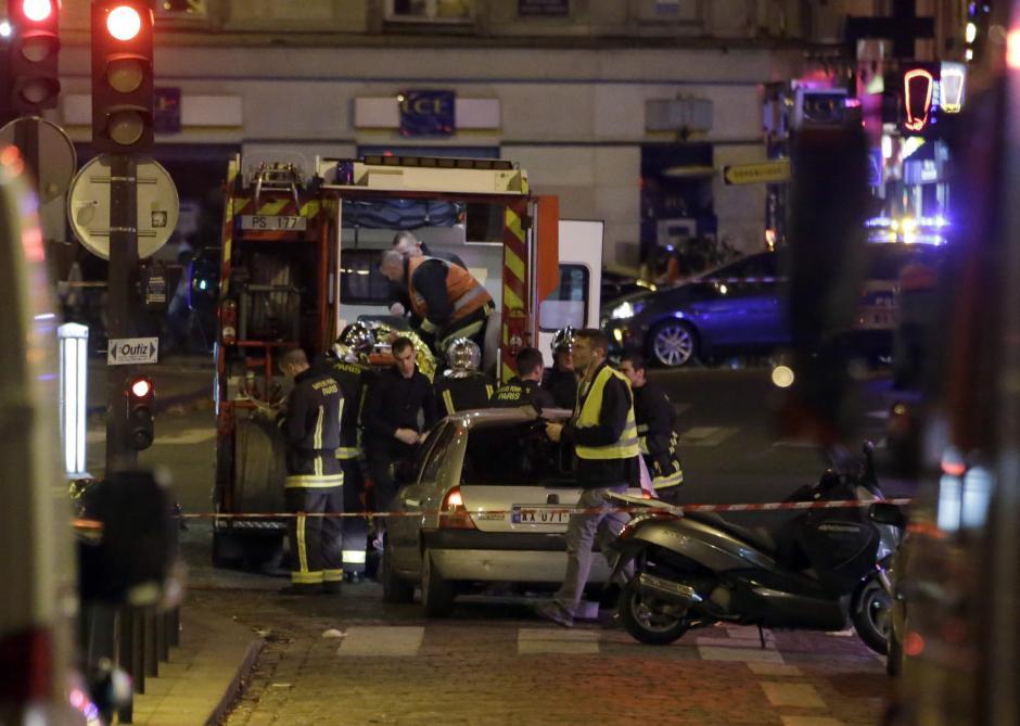 Cuerpos de socorro parisínos, prestan primeros auxilios a víctimas del atentado. (Foto: AFP)