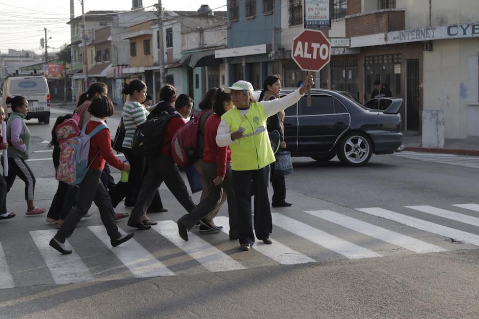 La motivación de los voluntarios es que los alumnos del sector lleguen sin novedad a su escuela. (Foto: Alejandro Balán/Soy502)