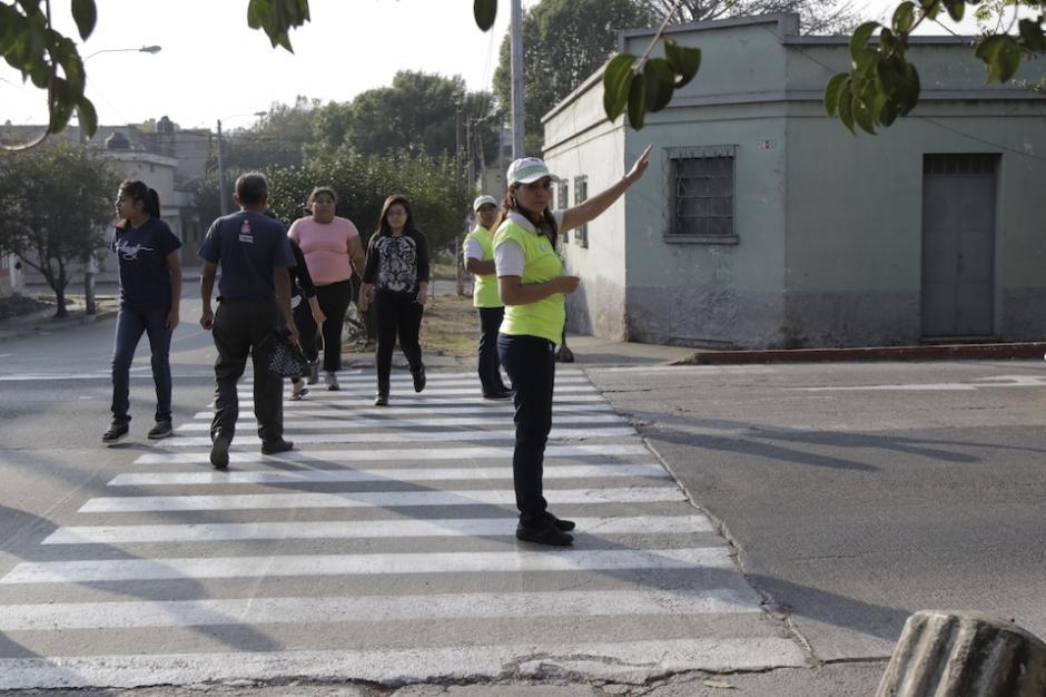 Ellos se colocan desde hace cinco años en ese lugar, luego de que se organizaran porque hubo niños atropellados. (Foto: Alejandro Balán/Soy502)
