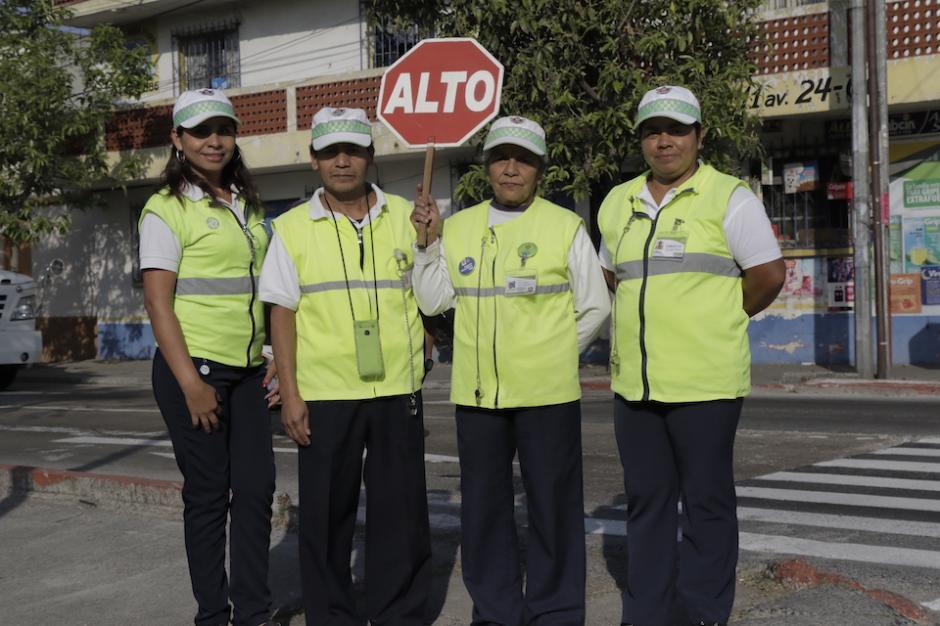 Los voluntarios suelen ser padres de familia de la escuela Puerto Rico o vecinos de la zona 12. (Foto: Alejandro Balán/Soy502)