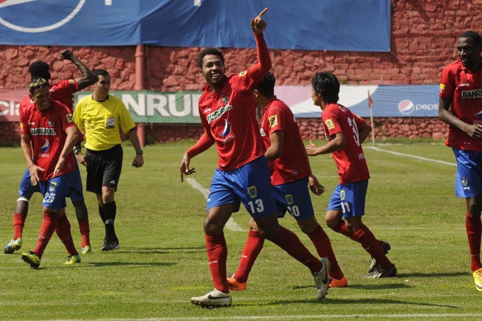 Edoardo Isella celebra tras anotar el 2-0 definitivo con el que Municipal derrotó a Coatepeque y consiguió su segunda victoria del Clausura