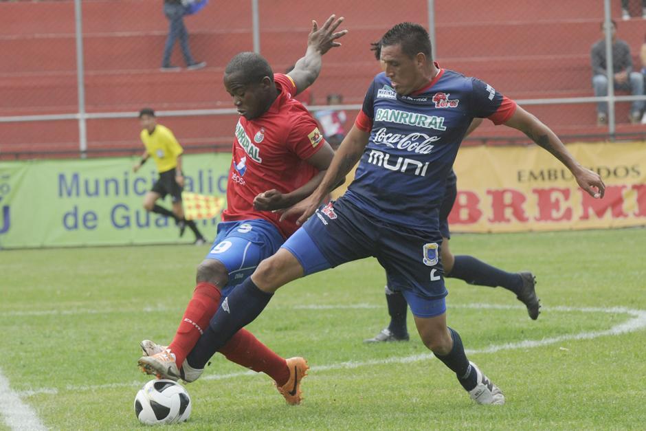 Darwin Oliva, delantero de Municipal, en plena disputa del balón con un zaguero de Malacateco. (Foto: Nuestro Diario)