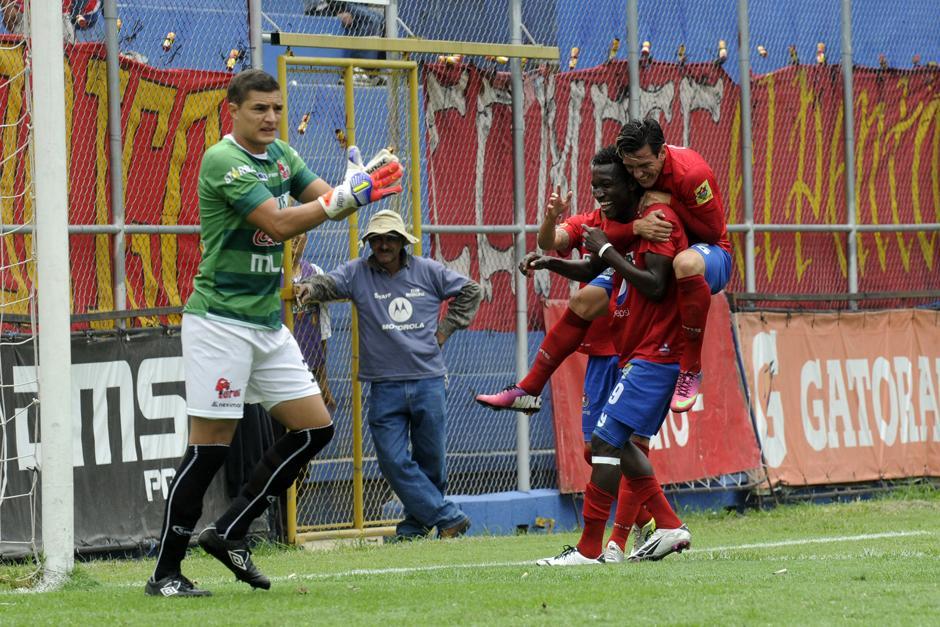 Marvin Ávila festeja tras anotar el gol del triunfo de Municipal. (Foto: Nuestro Diario)