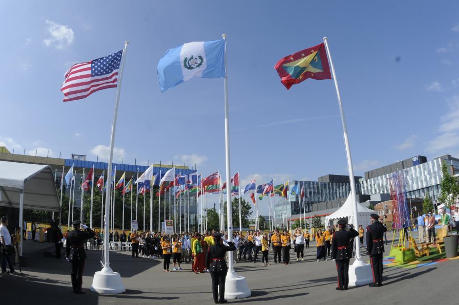 Junto con la bandera de Guatemala fueron izadas las banderas de Granada y Estados Unidos. (Foto: Pedro Pablo Mijangos/ Soy502)