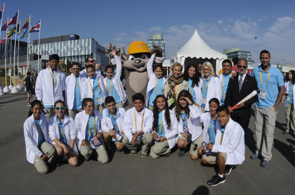 Este fue el grupo de la delegación guatemalteca que participó en la ceremonia de la izada de la bandera. (Foto: Pedro Pablo Mijangos/ Soy502)
