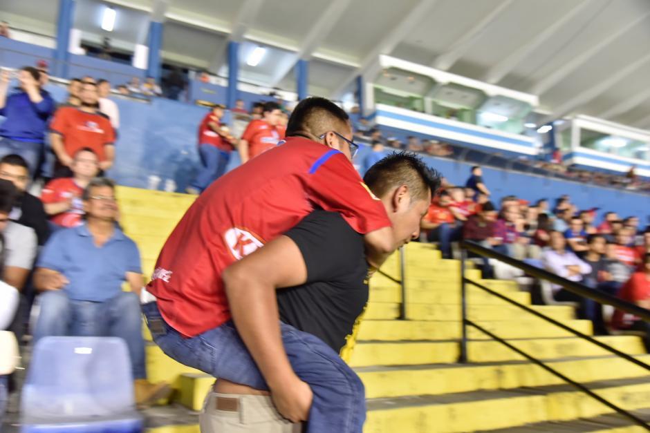 Uno de los primos de Osvaldo lo cargó desde el ingreso al estadio hasta su asiento. (Foto: Luis Barrios/Soy502)