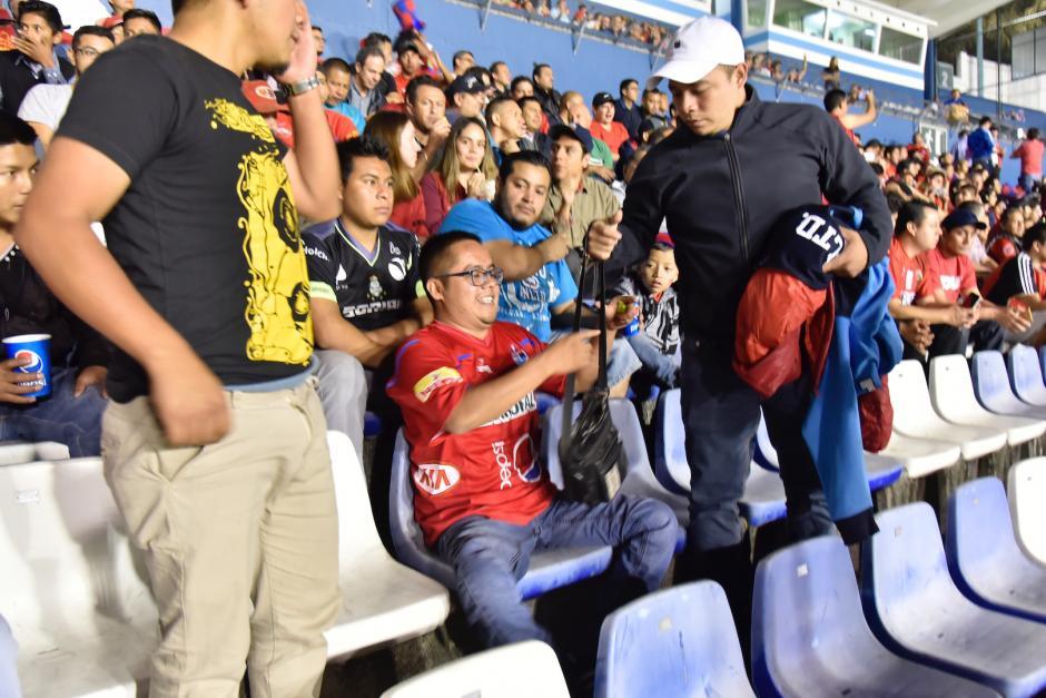 A este aficionado rojo ni las balas le quitaron la ilusión de ver a los rojos. (Foto: Luis Barrios/Soy502)