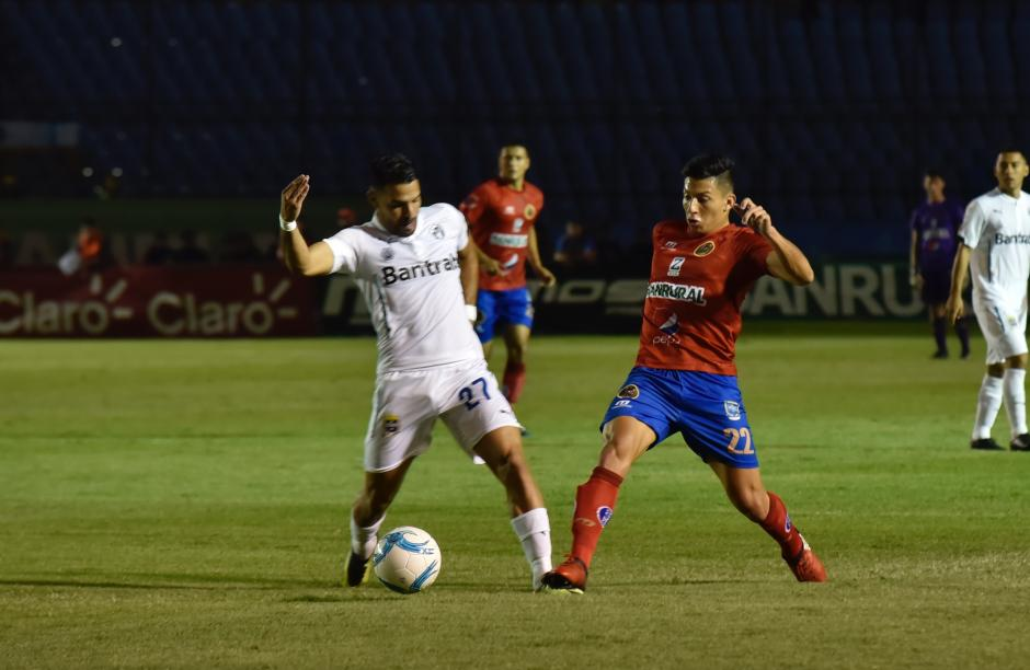 El partido tuvo dos encontronazos entre los jugadores. (Foto: Luis Barrios/Soy502)