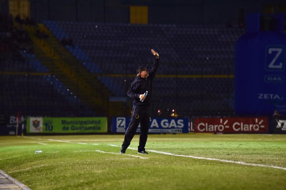 El técnico de Municipal da indicaciones en el terreno de juego. (Foto: Luis Barrios/Soy502)
