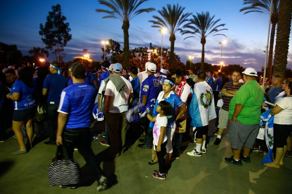 La afición acudió desde temprano al estadio en Los Ángeles para ver el partido entre Guatemala y El Salvador. (Foto: Álvaro Yol/Soy502)
