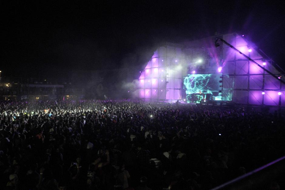 Miles de personas abarrotaron el recinto del concierto en Escuintla (Foto: Luis Barrios/Soy502)