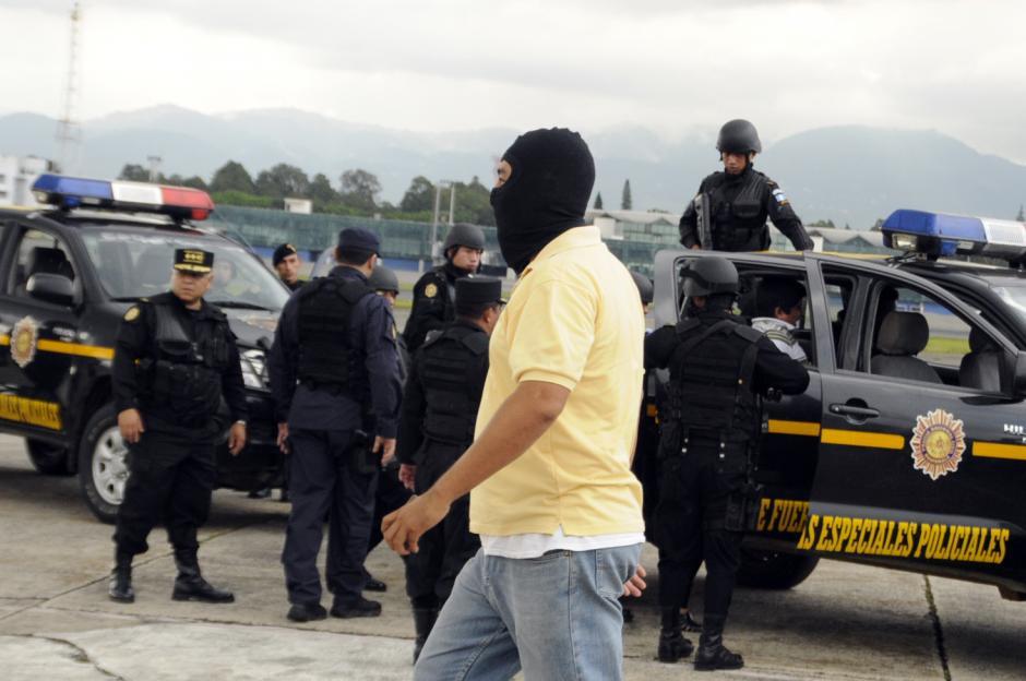 """Agentes mexicanos entragaron a """"Guayo"""" portaban pasamontañas para proteger su identidad."""