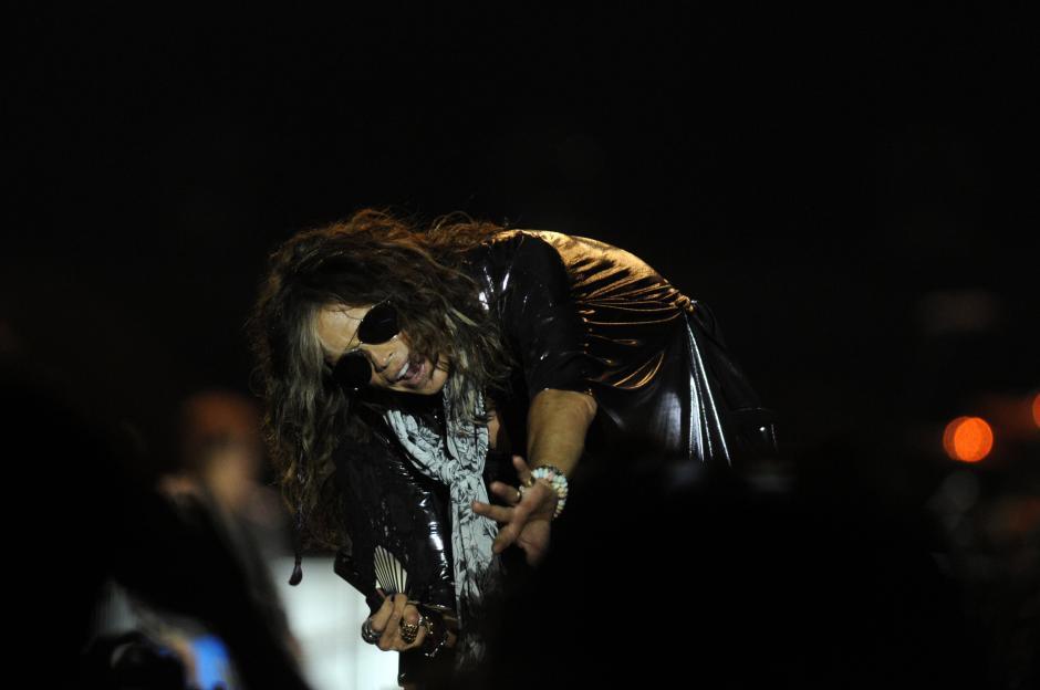 El cantante estadounidense Steven Tyler, vocalista de Aerosmith, interactuó con los asistentes al concierto, al momento de interpretar las mejores canciones de la banda.