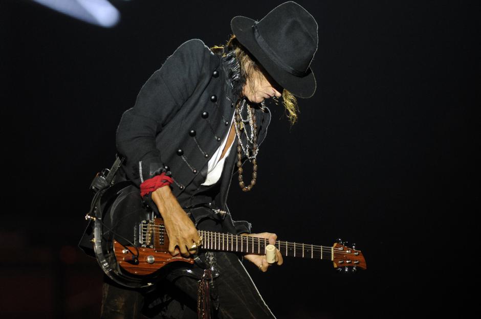 Joe Perry, legendario guitarrista de hard rock, hizo un solo de guitarra que el público disfrutó.