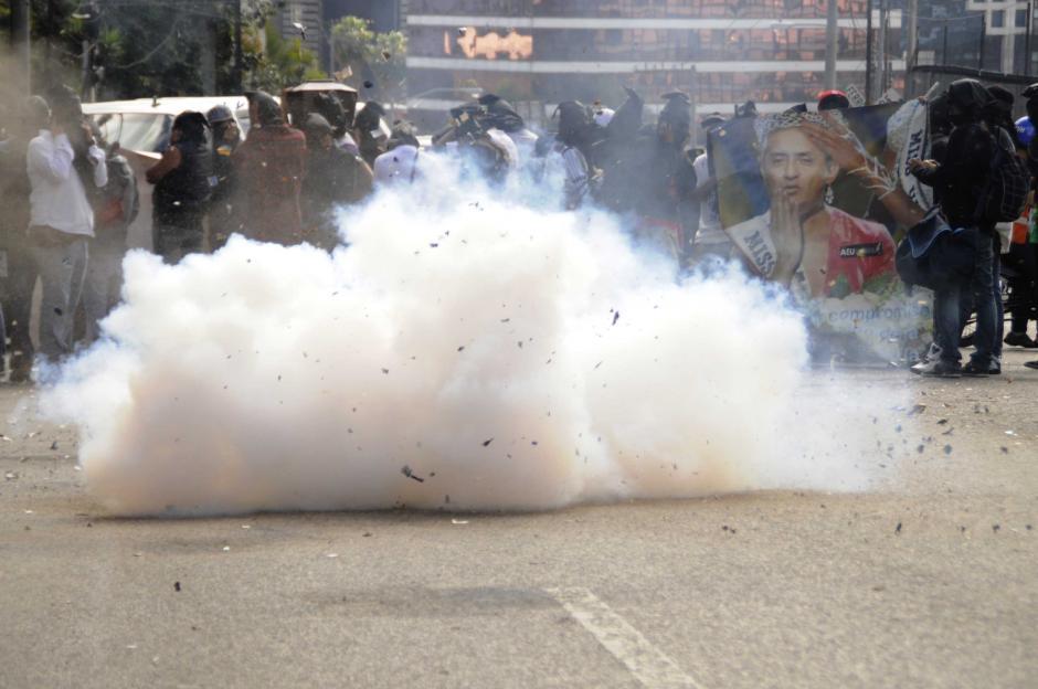 La explosión de la pirotecnia que hicieron los integrantes del grupo manifestante para lograr la atención de los asistentes al acto. Foto Esteban Biba/Soy502