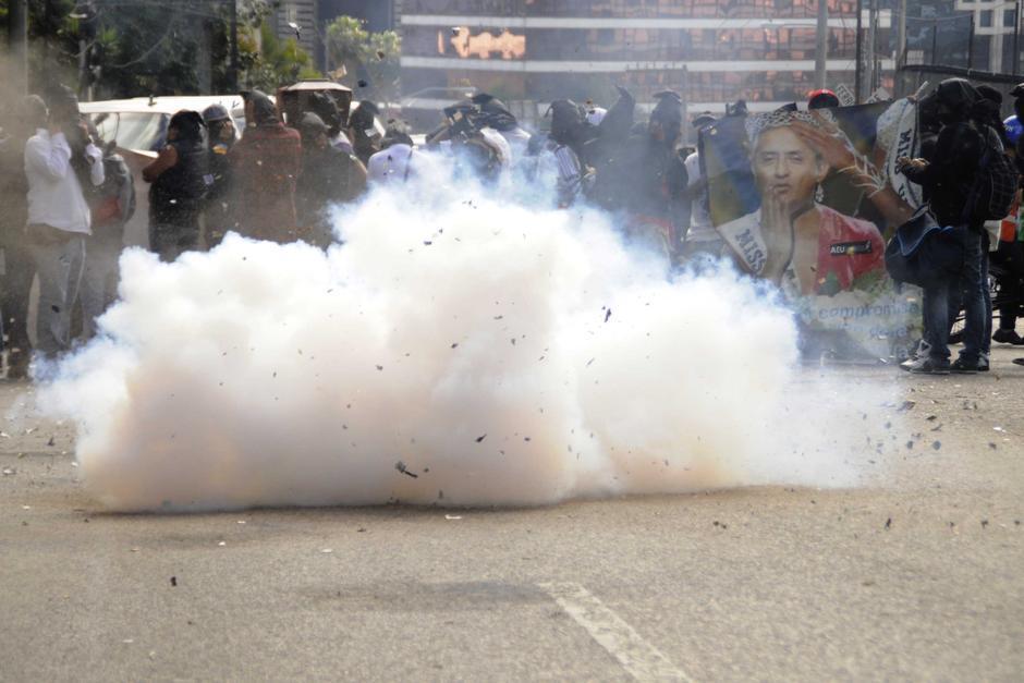 Miembros da Asociación de Estudiantes Universitarios (AEU) de la USAC, estallaron bombas en la entrada del Teatro Nacional y por momentos impidieron que los invitados ingresaran. (Esteban Biba/Soy502)