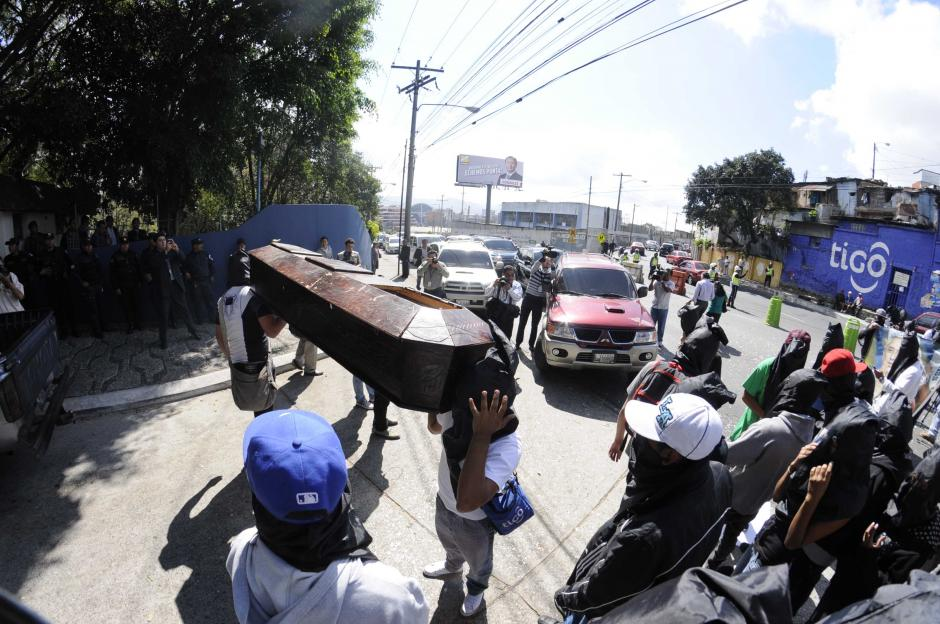 Los manifestantes hicieron fuertes críticas al gobierno de Otto Pérez por la inseguridad que se vive en el país. Foto Esteban Biba/Soy502