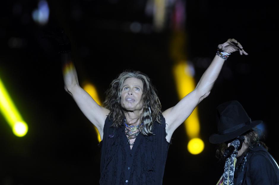 Steven Tyler, vocalista de Aerosmith, deleitó a los fanáticos de la banda con su espectáculo.