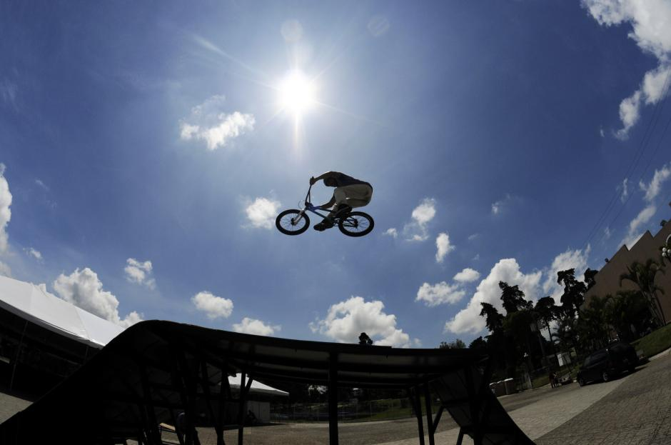 Durante la feria del empleo para vacacionistas, realizada en el Parque de la Industria en Guatemala, talentosos deportistas extremos brindaron entretención a los asistentes con sus habilidades. (Esteban Biba/Soy502)