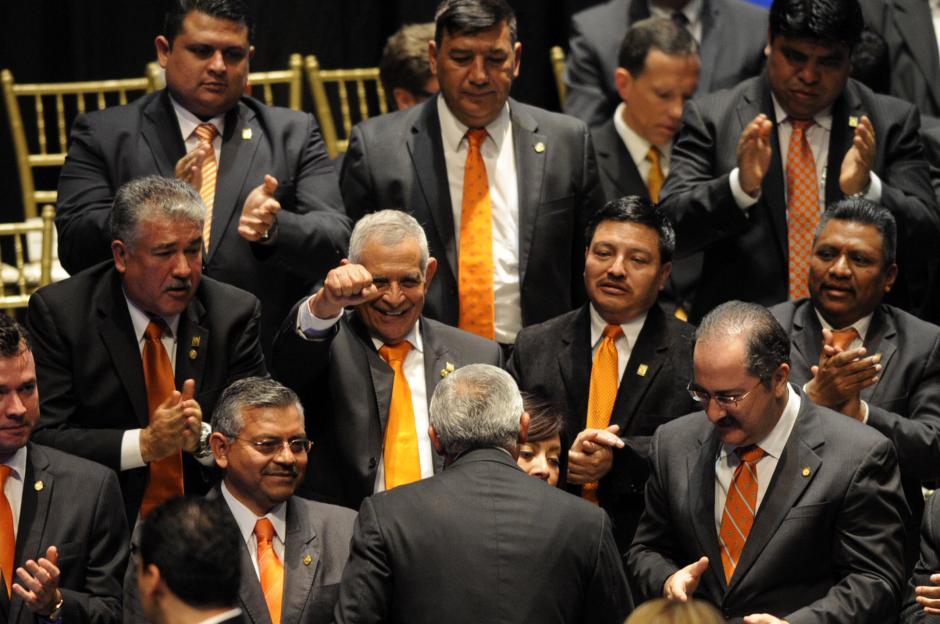 El diputado Amildo Rodríguez (con la mano empuñada) no oculto su emoción partidista cuando el presidente terminó su discurso.