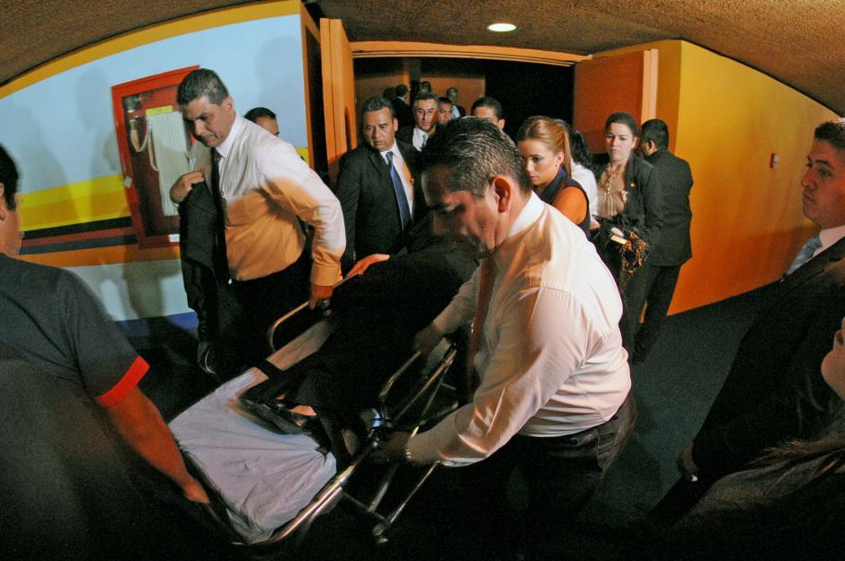 La vicepresidenta Roxanna Baldetti fue retirada del Teatro Nacional en una ambulancia tras ser agredida por Cristal Cotom, con un polvo blanco. (Esteban Biba/Soy502)