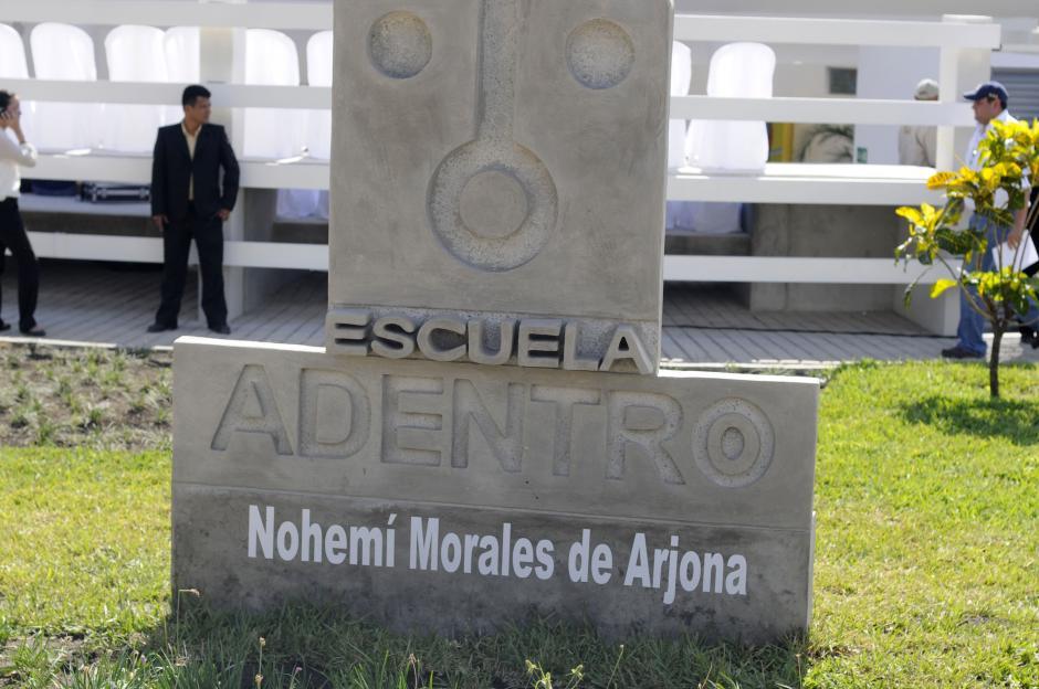 La escuela fue nombrada en honor a la recién fallecida madre de Ricardo Arjona. (Esteban Biba/Soy502)