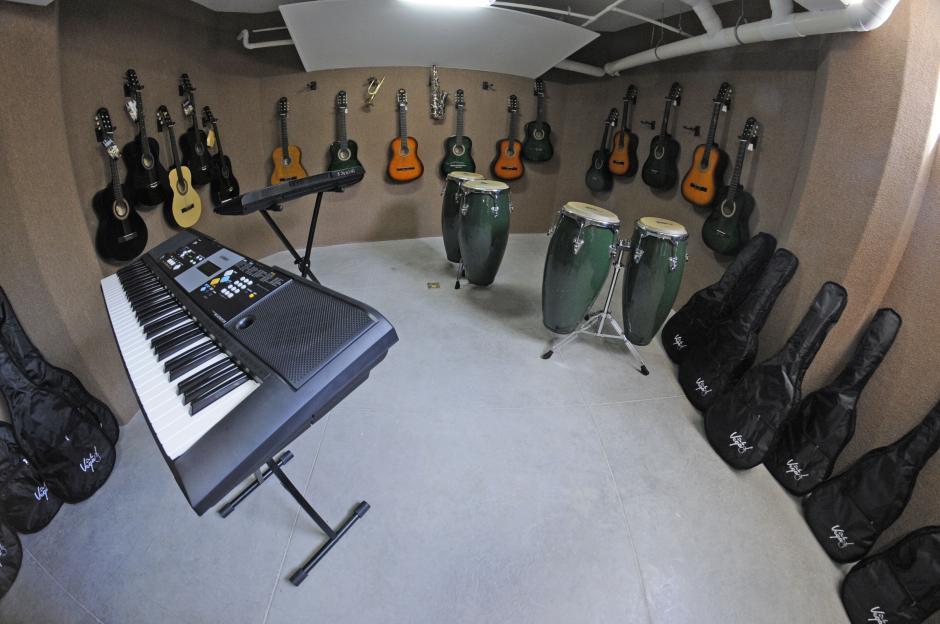 En la escuela hay un salón para que los niños y niñas puedan desarrollar sus habilidades musicales. (Esteban Biba/Soy502)