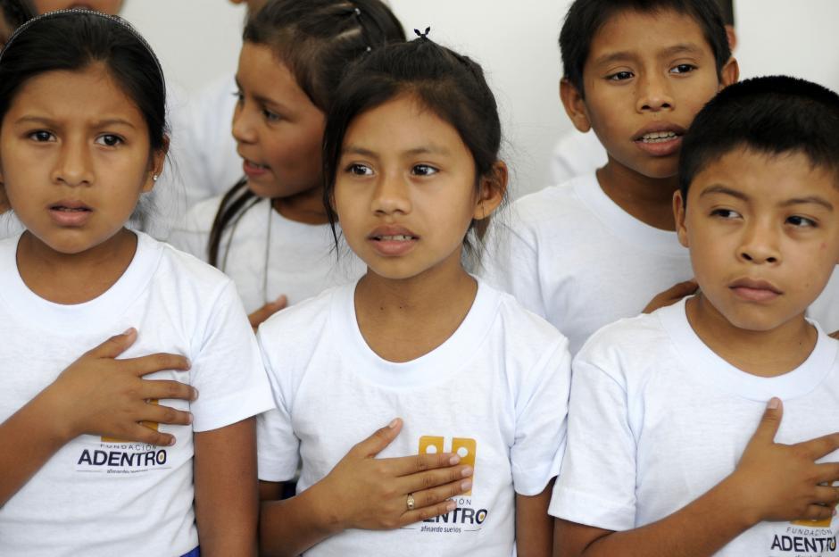 Niños y niñas de la aldea Ixcanal serán beneficiadas con las instalaciones donadas por Arjona. (Esteban Biba/Soy502)