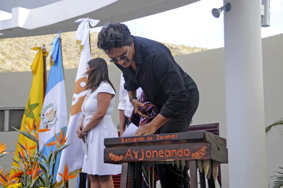 """Líderes comunitarios entregaron una pequeña marimba a Ricardo Arjona con la leyenda """"Recuerdo de Ixcanal, Arjoneando"""". (Foto: Esteban Biba/Soy502)"""