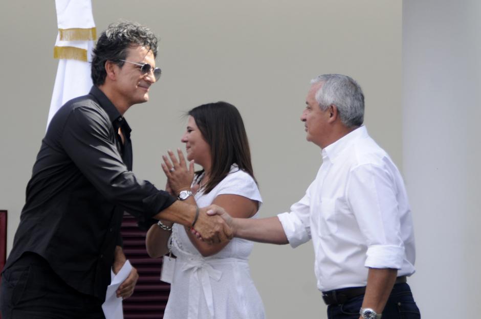 El presidente indicó que las escuelas son financiadas con el dinero de Ricardo Arjona y lo felicitó por su preocupación por la educación de los niños. (Esteban Biba/Soy502)