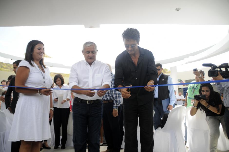 El cantautor guatemalteco inauguró la escuela junto con el presidente Otto Pérez Molinda y la directora de la Fundación Adentro Mariana Zavattieri. (Esteban Biba/Soy502)