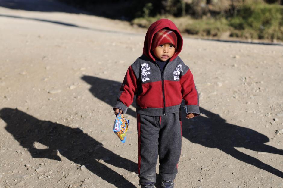 Los más pequeños también caminan hacia la escuela para asistir a kinder. (Esteban Biba/Soy502)