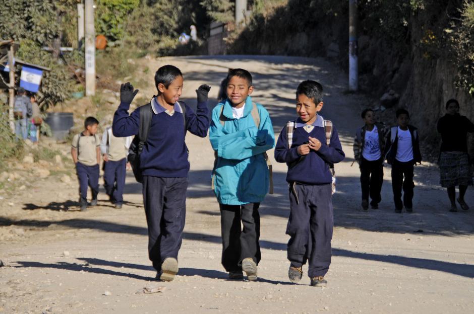 En la escuela Lo de Mejía II decenas de niños caminaron varios kilómetros para asistir a clases. (Esteban Biba/Soy502)