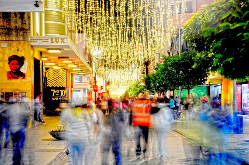 La Sexta Avenida de la zona 1 esta iluminada para los caminantes. (Esteban Biba/Soy502)
