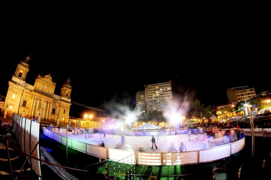 La pista de patinaje sobre hielo, ubicada en el Parque Centenario llena de colores la fachada de la Catedral Metropolitana. (Foto: Esteban Biba/Soy502)
