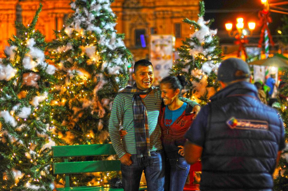 Las parejas aprovechan los adornos en el centro histórico de la ciudad, para tomar una postal de la época. (Foto: Esteban Biba/Soy502)