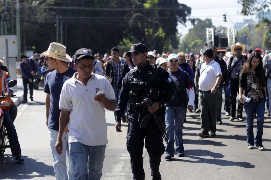 La policía resguardan a los maestros que asisten a la marcha que busca solicitar una ampliación presupuestaria en el Congreso. (Foto: Esteban Biba/Soy502)