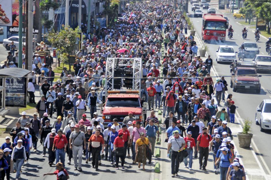 Miles de maestros recorren las calles de la ciudad, en la ruta que los lleve al Congreso de la República, donde expondrán sus peticiones. (Foto: Esteban Biba/Soy502)