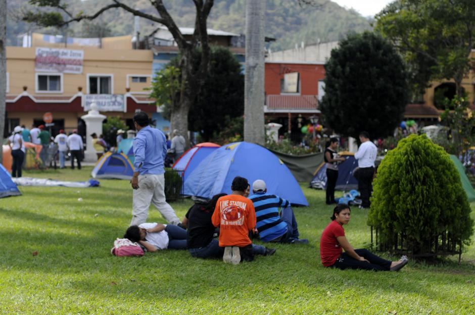 """Algunos de los integrantes de la caravana """"acampan"""" en los jardínes de la Basílica y ahí descansan hasta el momento de regresar a la capital. Foto Esteban Biba/ Soy 502"""