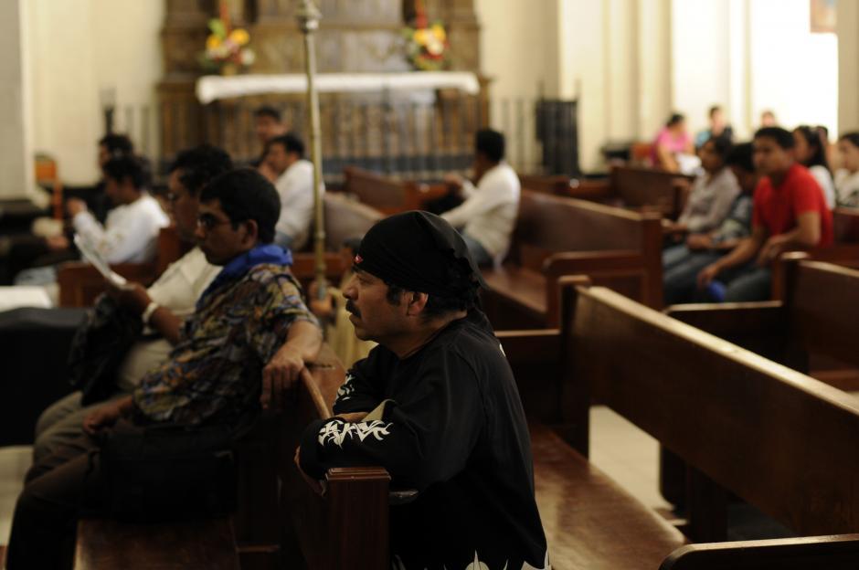 Las plegarias son infaltables durante la visita al Cristo Negro. Foto Esteban Biba/Soy 502
