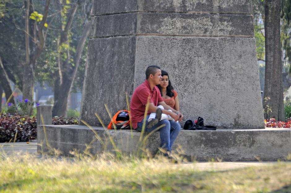 Cualquier lugar es bueno para una pareja cuando quieren estar juntos, como uno de los varios monumentos en Las Américas. (Esteban Biba/Soy502)