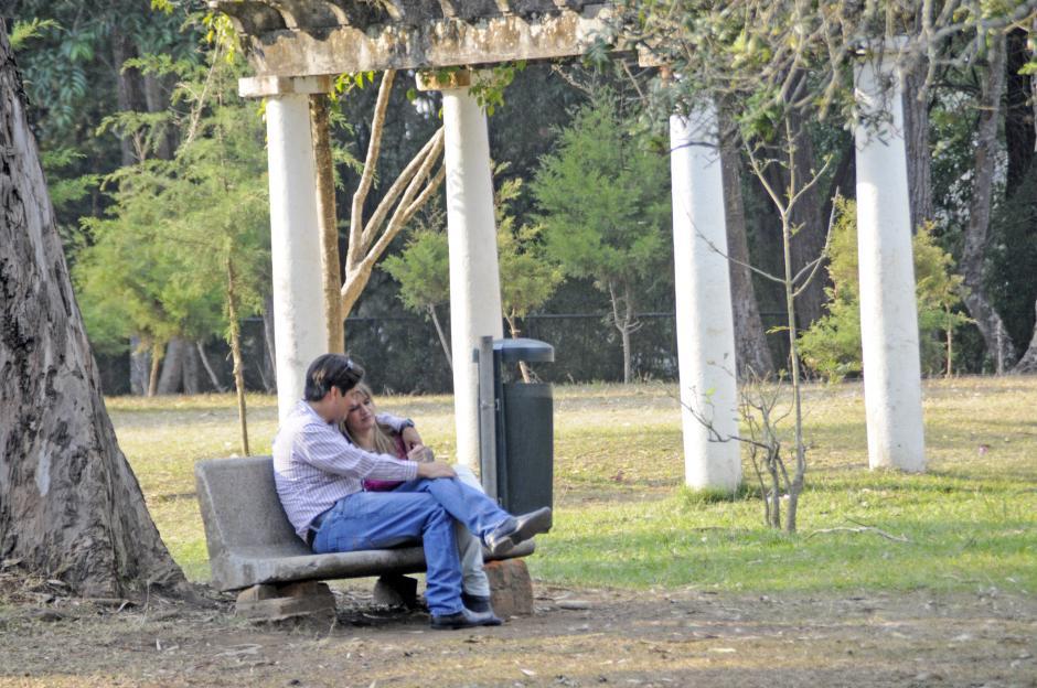 Los parques públicos se prestan para un paseo en pareja y pasar un buen momento. (Esteban Biba/Soy502)