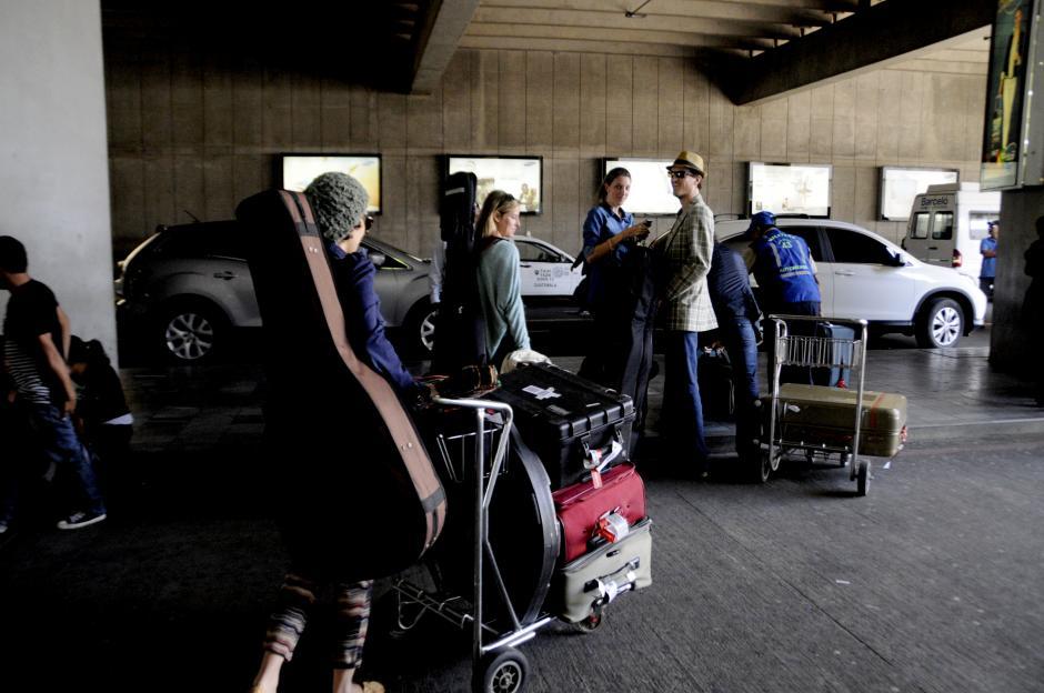 Con su guitarra en la espalda y acompañada por su esposo, Gaby regresó a su país. (Foto: Esteban Biba/Soy502)