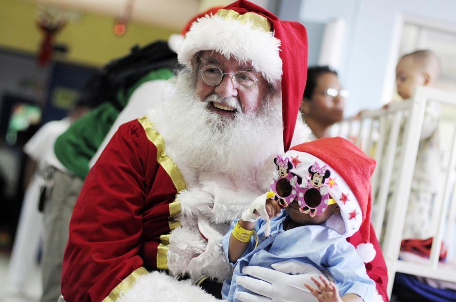 En su última visita al hospital San Juan de Dios, Santa Claus acompañó a las mascotas terapeutas. (Esteban Biba/Soy502)