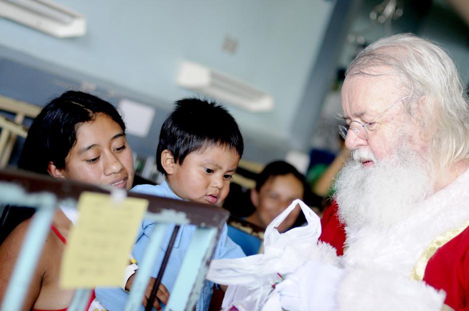 Santa Claus regaló juguetes y víveres a los niños y sus padres. (Esteban Biba/Soy502)