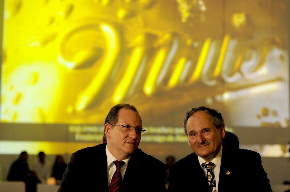 Carlos Castillo, director de comercialización y Raúl Castillo, vicepresidente de bebidas, durante el lanzamiento de la cerveza Miller Genuine Draft. (Foto: Esteban Biba/Soy502)