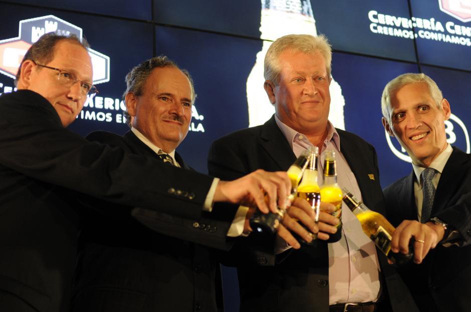 De izquierda a derecha: Carlos Castillo, director de Comercialización de Cervecería Centroaméricana; Raúl Castillo, vicepresidente de Bebidas, Karl Lippert, presidente de SABMiller para Latinoamérica y Guillermo Castillo, presidente de Cervecería Centroaméricana; en el brindis oficial de la introducción de la nueva marca. (Foto: Esteban Biba/Soy502)